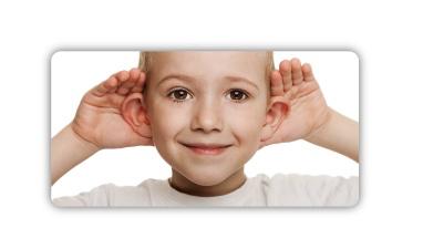 Als de afstand tussen het oor en de schedel te groot is, spreken we van zeiloren. Het symbool toont een gelukkige jongen die zijn oren naar voren duwt met zijn handen